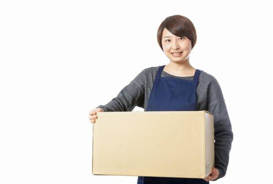 引っ越しの荷物を持つ女性