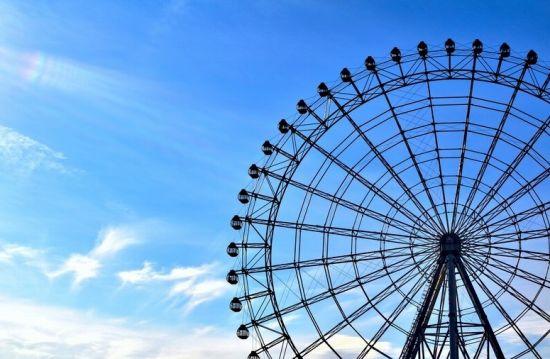 遊園地の観覧車と青空