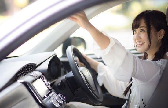 笑顔で車を運転する女性