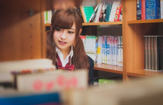 図書館を回る女子学生