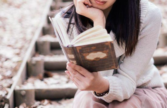 外で本を読む女性